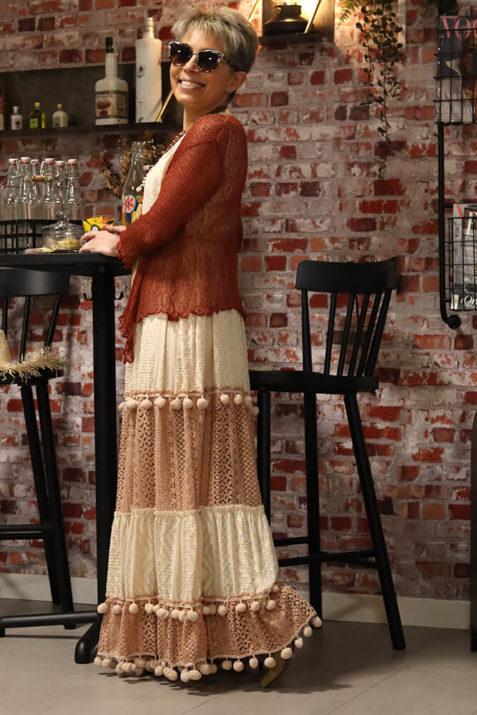 Vestido largo sin mangas con volantes en color beige y tostado